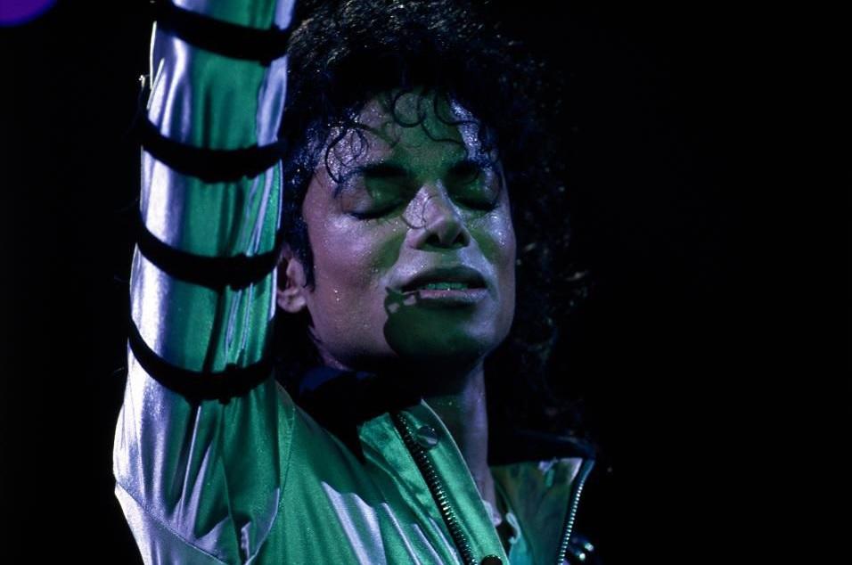 آنچه لازم است درباره مستند جدید مایکل جکسون بدانید ــ مایکل جکسون در حال اجرا روی صحنه مدیسون اسکوئر گاردن (عکس از: Rick Maiman/Sygma تحت Getty Images)