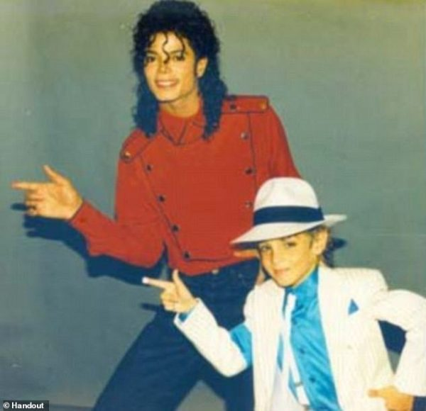 وید رابسون در کودکی، در کنار مایکل جکسون