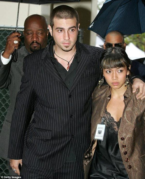 وید رابسون به همراه همسرش آماندا، پس از شهادت دادن به نفع مایکل جکسون در جریان دادگاههای پرونده کودکآزاری سال 2005