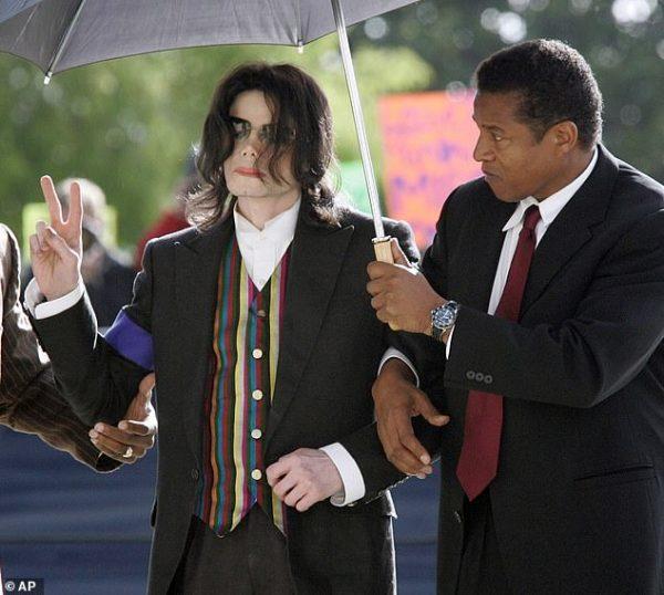 مایکل جکسون، در جریان برگزاری دادگاههای پرونده کودکآزاری سال 2005